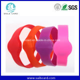 Les enfants instruisent suivre le bracelet de silicones d'IDENTIFICATION RF avec la puce Ntag215