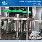 Máquina de rellenar mineral del agua potable del vector