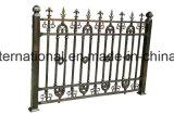 鉄の細工した庭かゲートの塀