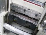 A máquina de corte da fita de Velcro com uma ferragem morre