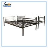 Mobiliario de casa doble cama metálica desmontable.