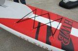 يقف [توب قوليتي] جديدة فوق لوح ركوب الأمواج قابل للنفخ لأنّ تزلّج على الماء