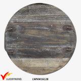 ハンドルが付いているぼろぼろのシックなハンドメイドの円形の平らで装飾的な木の皿