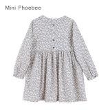 Crianças de Phoebee que vestem vestidos dos miúdos para meninas
