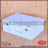 La valigia elegante del cartone ha modellato il contenitore di regalo con la maniglia di trasporto