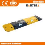 黄色い及び50mmの高さの矢の道の速度のこぶを黒くしなさい