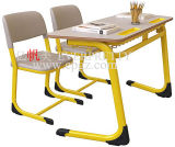 Mesa do dobro do estudante e jogo comum de madeira da sala de aula da cadeira