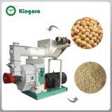 As aves domésticas alimentam a máquina da pelota para a alimentação concentrada do feijão de soja