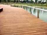 Um deck de bambu sólido Carbonzied Piso Piscina