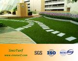 Популярные ландшафт искусственном газоне для владельцев домашних животных с балконами и видом на сад