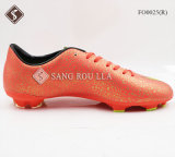 人のサッカーのトレーニングはスポーツの靴に蹄鉄を打つ