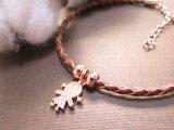 女性のための女の子の形の魅力の小さいビードのブラウンの編みこみの革ブレスレット