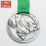 La coutume de promotion de générateur font la médaille blanc argentée de récompenses en métal avec la bande de lanière