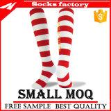 Kundenspezifische Frauen-Knie-Höhen-Streifen-Socken, Knie-hohe weiße Socken