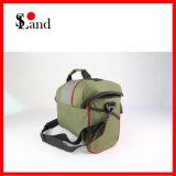 La piccola pesca di caccia di colore verde trasporta il sacchetto dell'attrezzatura della borsa