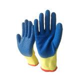 голубым перчатки покрынные латексом работая