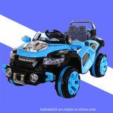 Carro do brinquedo do material plástico para que as crianças conduzam