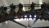 倍の開いた幅の編む機械