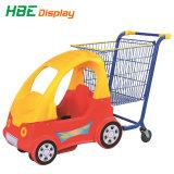 おもちゃのカートが付いているトロリーを出荷しているスーパーマーケットの子供