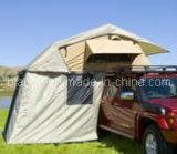 4WD fuori dalle tende del tetto dell'automobile della strada con l'annesso