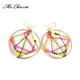 織り方の赤く黄色く黒いロープの幾何学的な円のイヤリング