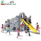 Piscina alpinistas equipamentos de playground física Rocking uma parede de escalada