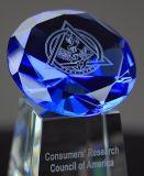 Troféu de cristal azul da concessão de Diamand com gravura do laser 3D para a competição