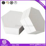 광택 있는 백색 두꺼운 종이를 꾸미게 준비되어 있는 창조적인 취미는 선물 상자를 상자에 넣는다