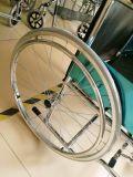 Sedia a rotelle manuale d'acciaio piegante leggera Tsw809 di prezzi poco costosi delle attrezzature mediche