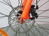 E-Bici di MTB con una gomma grassa da 26 pollici con la visualizzazione dell'affissione a cristalli liquidi