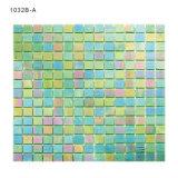 正方形の緑のタイルガラスのモザイク