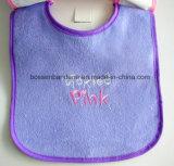 工場OEMの農産物のカスタム挿入のためのロゴによって刺繍される黒いニットの綿のテリーの赤ん坊の胸当て