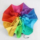 ترويجيّ عالة قوس قزح يطوي مظلة