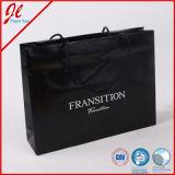 Sacs en papier promotionnels noirs d'achats de bijou avec le logo et l'impression