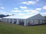 Grande forte tenda esterna per la cerimonia nuziale, evento, partito, magazzino industriale