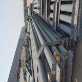 Magazzino d'acciaio della costruzione con la gru