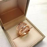 Trendy 18K gouden-Toon over de In dozen gedane Ringen die van het Kristal van het Messing Werveling wordt geplateerd