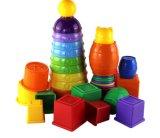 Brinquedo alegre do bloco de apartamentos do jogo das crianças