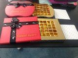 Rectángulos rojos del chocolate del papel hecho a mano con la cinta para el día de tarjetas del día de San Valentín