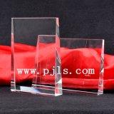 Diamante cristalino de cristal en la concesión negra del trofeo del pilar