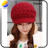 A forma morna do inverno das mulheres fêz malha tampões com o chapéu feito malha viseira