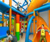 O divertimento do elogio caçoa o equipamento interno do campo de jogos para o parque de diversões
