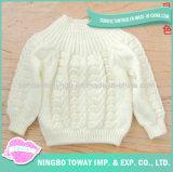 O algodão da forma tricotou manualmente a camisola do projeto do bebê de lãs