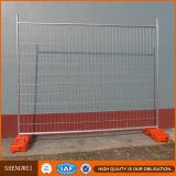 一時電流を通された鉄の網の塀のパネル