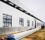 金属の建築構造は産業工場を写し出すまたは倉庫または橋または給油所デザインは重い鉄骨構造を組立て式に作った