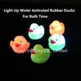 Incandescenza in giocattolo Ducky di gomma del bagno scuro del LED