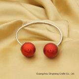 Armband van de zilveren-Kleur van de manier de Open met Twee Rode Plastic Parels voor de Eenvoudige Juwelen van de Juwelen van Vrouwen