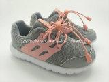 ジャージーの甲革が付いている偶然靴を実行する女の子のスポーツ
