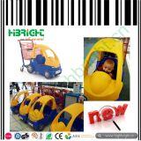 スーパーマーケットおよびRetaliの記憶装置の子供の買物をするトロリーカート