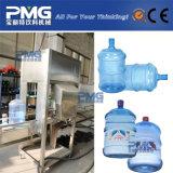 5ガロンによってびん詰めにされる水瓶詰工場